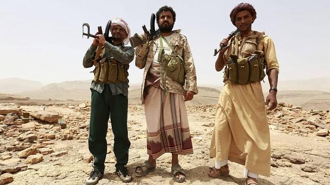 Un grupo de milicianos leales al presidente de Yemen combaten en el país árabe