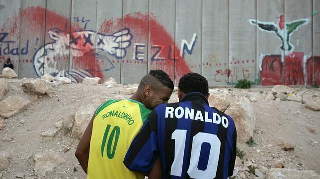 Dos jugadores palestinos del «Jericho team» frente al muro levantado por Israel en una imagen de 2006