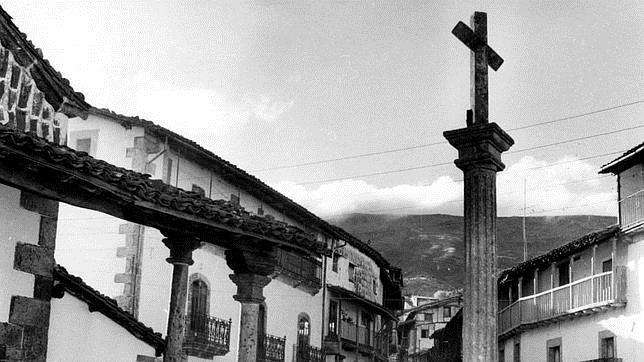 Fotografía de un humilladero y calle mayor de candelario ubicado en Salamanca