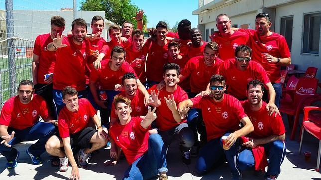 Los jugadores del Atlético Escalerillas celebran el ascenso a Tercera división