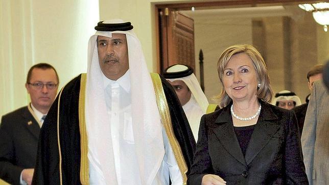 El ex primer ministro qatarí Hamad bin Jassim bin Jaber Al Thani, junto a Hillary Clinton en una imagen de archivo