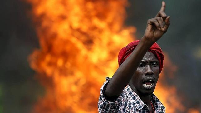 Un manifestante en las calles de Bujumbura durante las protestas contra Nkurunziza