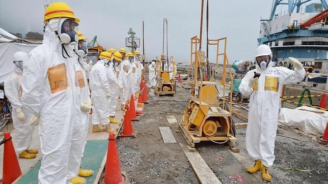 Miembros del equipo de investigación de Fukushima se preparan para inspeccionar uno de los muros de contención fabricados en la central nuclear japonesa