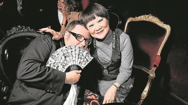 Shaw Lan Wang junto a Alber Elbaz, fueña y responsable respectivamente de Lanvin