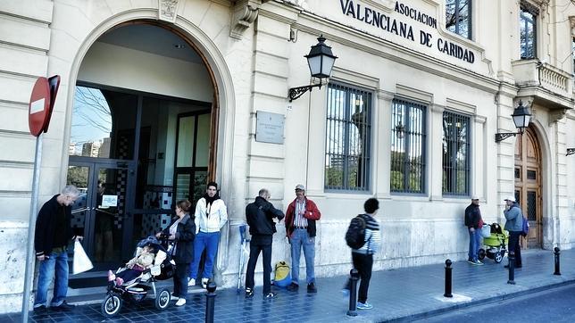 Imagen de archivo de varias personas en un comedor social de Casa Caridad en Valencia