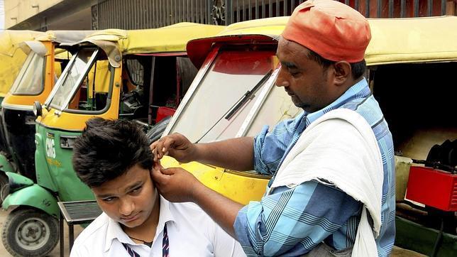 un limpiador de orejas que trabaja en la parte antigua de Nueva Delhi