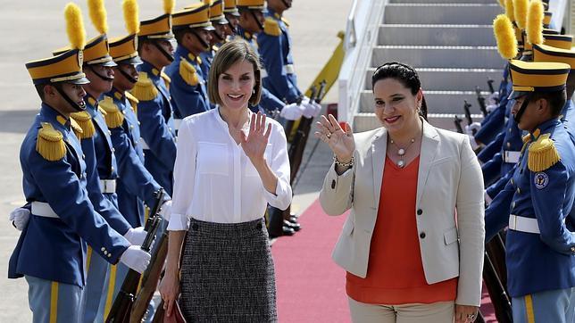 La Reina ha sido recibida por la primera dama de Honduras, Ana Rosalinda García