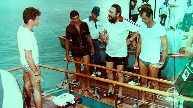 Fidel Castro se prepara para pescar desde las lanchas «Pionera I» y «Pionera II» unidas. Juan Reinaldo Sánchez va vestido de oscuro