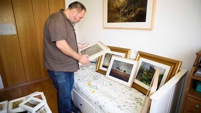 Uno de los artistas convocados prepara sus obras en una de las habitaciones