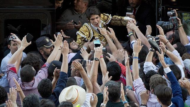 Castella, a hombros entre la multitud antes de entrar en la furgoneta