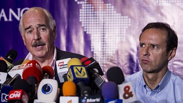 El expresidente de Colombia, Andrés Pastrana (i), habla junto al expresidente de Bolivia Jorge Quiroga (d)