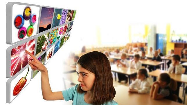 Una niña utiliza unas pantallas tecnológicas