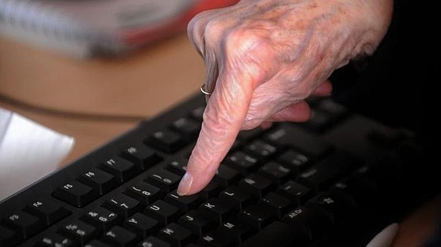 Una mujer mayor aprende a utilizar un ordenador