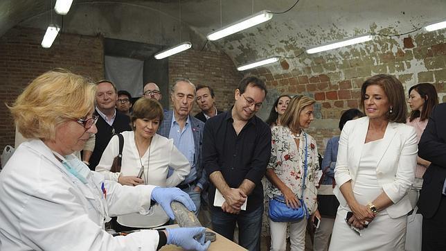 Ana Botella visita la tumba de Cervantes junto a nueve escritores