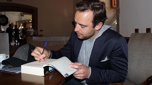 El «best-seller» suizo Joël Dicker firma un ejemplar de su libro en el Hostal de los Reyes Católicos de Santiago de Compostela