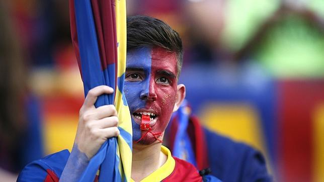 Un seguidor azulgrana en las gradas del Camp Nou