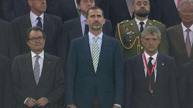 La alegre sonrisa de Artur Mas durante la pitada al himno de España
