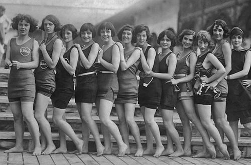 54f88d63c6b Mujeres en los años 20 dispuestas para el baño