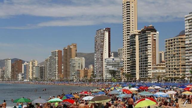 Miles de turistas disfrutan del sol y las altas temperaturas en las playas levantinas durante el pasado puente de mayo