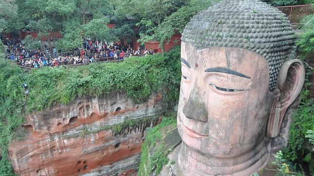 Miles de turistas admiran el Buda de Leshan