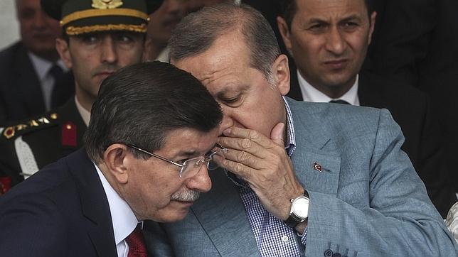 Ahmet Davutoglu (iz) habla con Recep Tayyip Erdogan