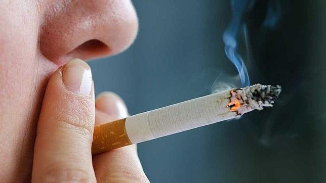 El coste sanitario de los fumadores es de 848 euros de media; el de los no fumadores, de 475