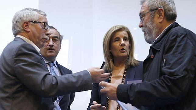 La ministra de Empleo, Fátima Báñez, el secretario general de CCOO, Ignacio Fernández Toxo, el secretario general de UGT, Cándido Méndez, y el presidente de la CEOE, Juan Rosell, conversan momentos antes de participar en la clausura de un acto