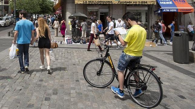 Un ciclista consulta un mapa en el centro de Madrid