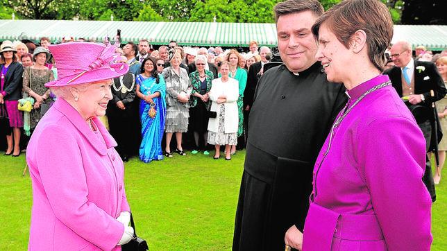 La Reina Isabel II habla con la obispa Libby Lane y su marido el Reverendo George Lane