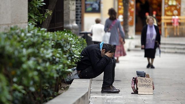 Una persona pide dinero en una calle céntrica de Valencia