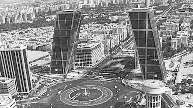 Fotografía de las Torres Kio, también conocidas como Torres Puerta de Europa, durante los noventa