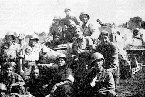 Varios miembros de «la Nueve» posan frente a un vehículo