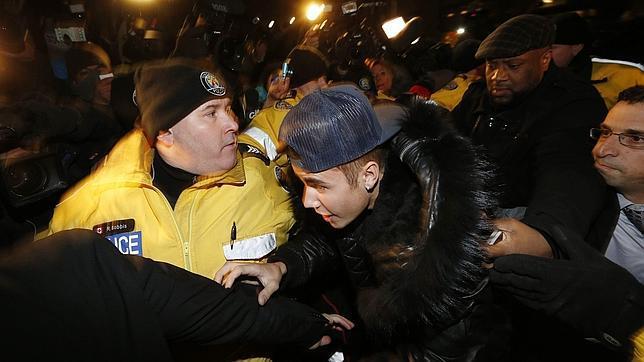 Bieber llegando a una estación de policía de Toronto en diciembre de 2014