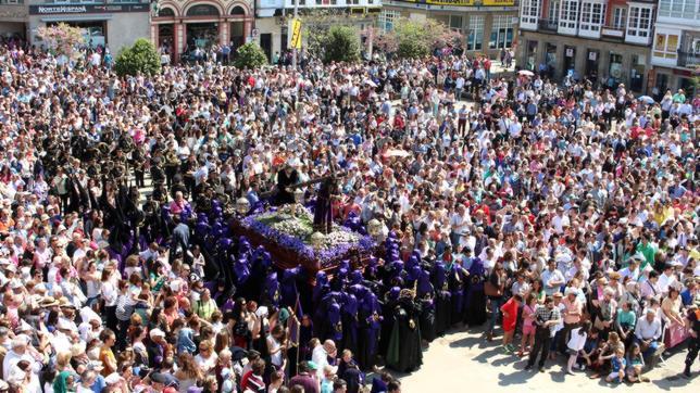 Jesús Nazareno, entre la multitud, en la mañana del Viernes Santo en Ferrol