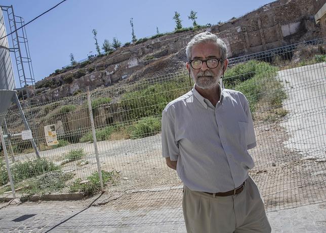 Iván Negueruela, el arqueólogo, a los pies del cerro del Molinete