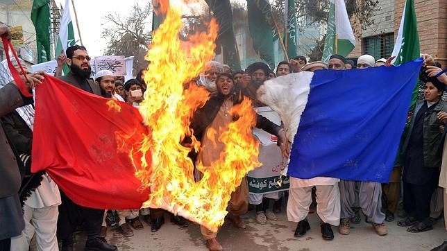 Islamistas radicales de Pakistán queman una bandera de Francia, protestando contra la revista Charlie Hebdo