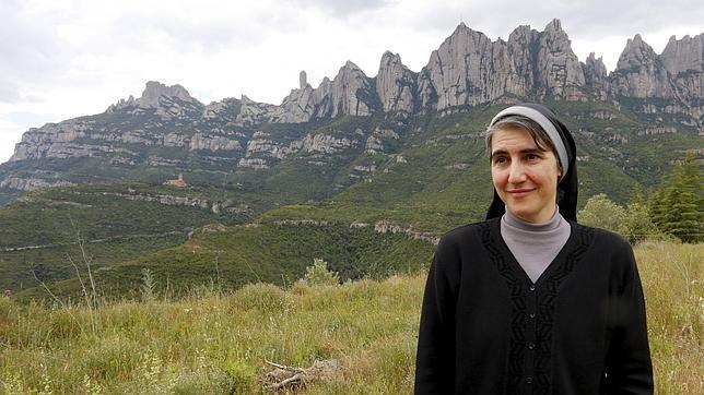 Teresa Forcades, frente a la montaña de Montserrat