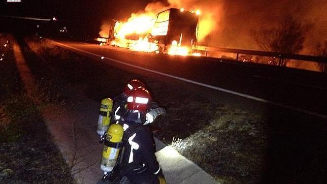 El incendio de un camión con disolventes corta la AP-7 en Benicàssim