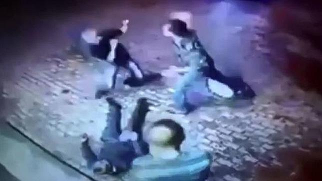 Momento el que uno de los hombres intentar golpear al anciano
