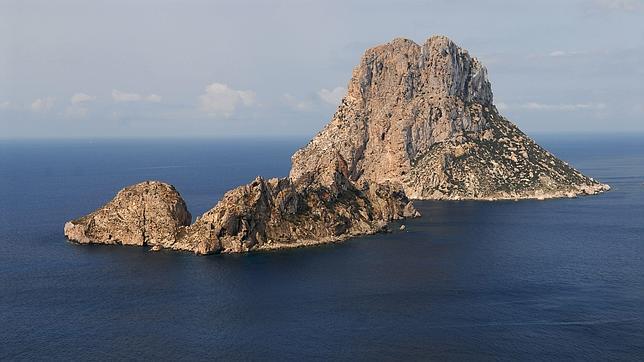 El islote de Es Vedrá y el menor de Es Vedranell, al suroeste de Ibiza