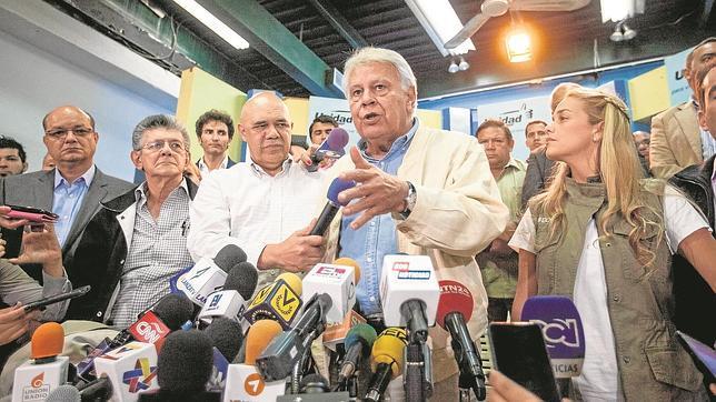 Felipe González junto a Lilian Tintori (derecha), mujer de Leopoldo López, se dirige ayer a la prensa