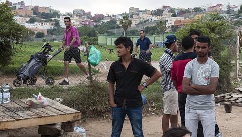 Refugiados sirios junto al campo de golf de Melilla