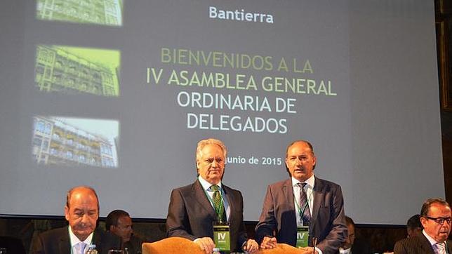 Javier Hermosilla (de pie, a la izqueirda) y José Antonio Alayeto, director general y presidente de Bantierra, respectivamente