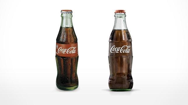 La nueva botella de Coca-Cola (derecha) está inspirada en el modelo de 1915