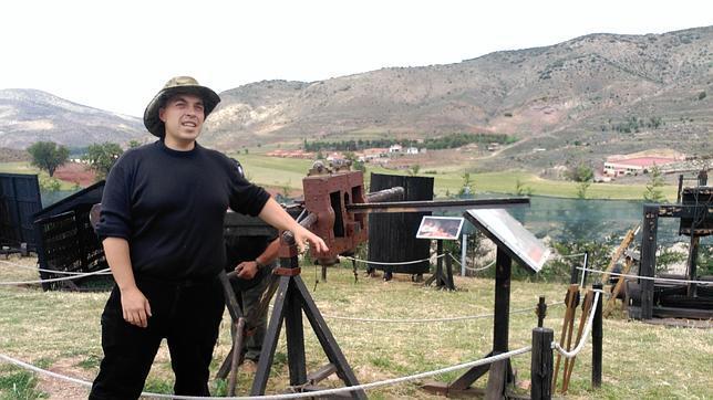 Rubén Sáez Abad posa junto al escorpión romano de su colección, en Albarracín (Teruel)