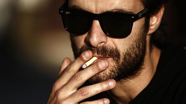 La foto de las personas que fuman y que han dejado fumar