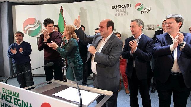 Andoni Ortuzar, presidente del PNV (en el centro), tras el 24-M