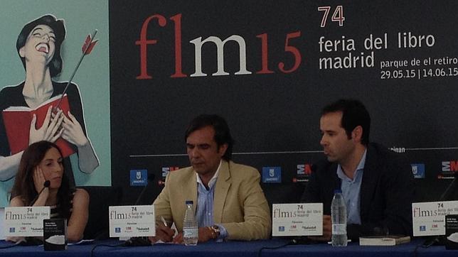 Francisco Marco -centro-, en la Feria del Libro de Madrid junto a su editora, Esther Sanz, y el periodista de ABC Javier Chicote