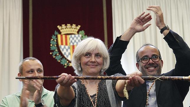 Dolors Sabater alza la vara de mando tras proclamarse alcaldesa