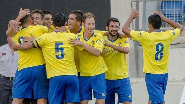 El Cádiz pasa con un penalti polémico